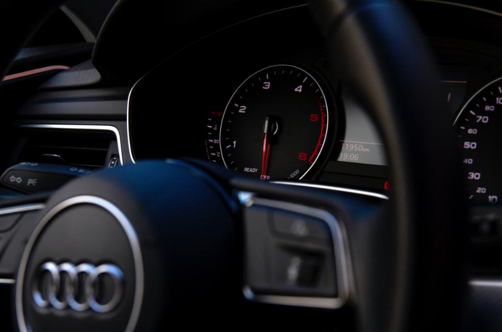 Zoom sur tableau de bord et volant d'une Audi