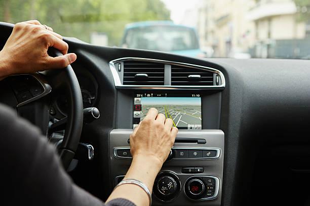 Femme qui rentre des données dans un GPS de voiture