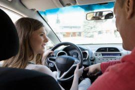 Un père qui apprend à conduire à sa fille