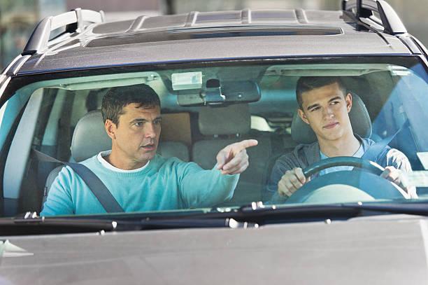 Un père qui apprend à conduire à son fils