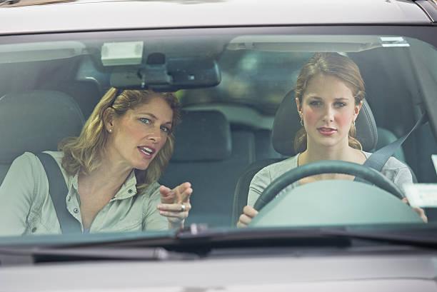Une mère qui apprend à conduire à sa fille