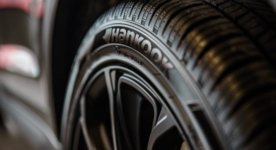 Gros plan du flanc d'un pneu de voiture