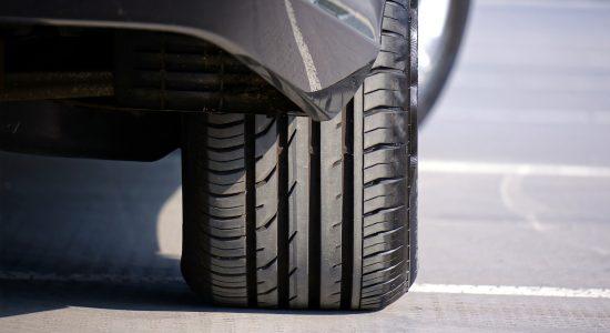 Gros plan sur un pneu de voiture arrière droit