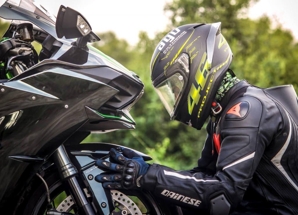moto sportive jeune conducteur